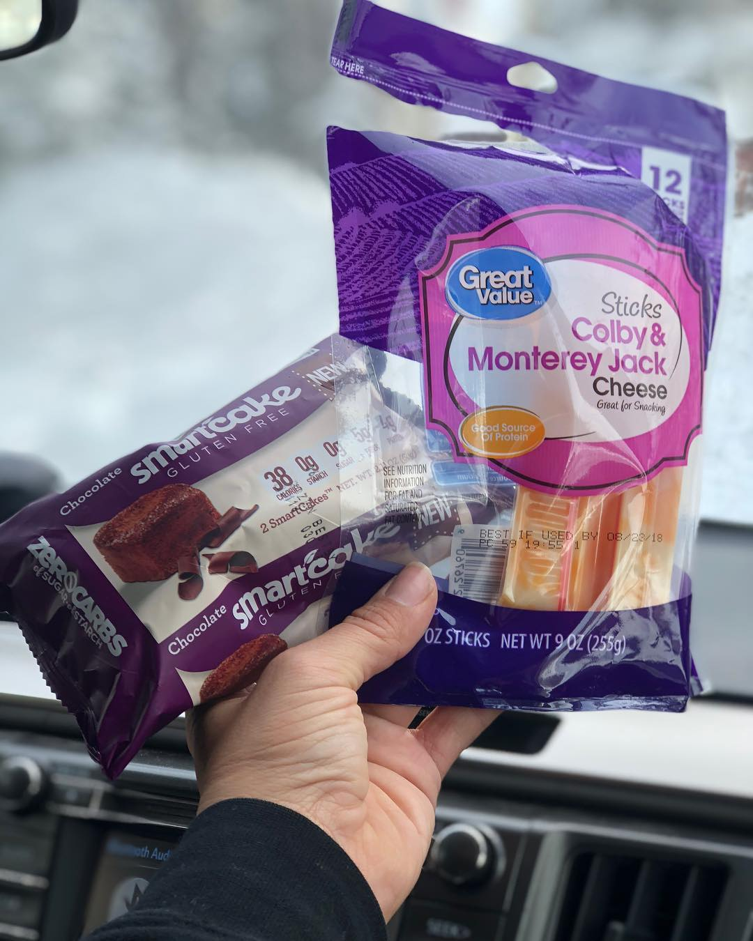 These were my keto snacks yesterday while snowboarding… @smartbakingcompany chocolate 0 net carb cakes, and @wamart Colby jack cheese sticks with 7g fat and 80 calories each… —— What are your snack goto's?